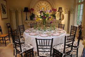 awesome easter round table decoration ideas with beautiful flowers bouquet and sweet pink napkins