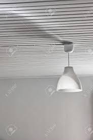 Abstracte Witte Interieur Met Een Lamp En Een Houten Plafond Royalty