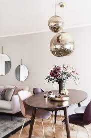 modern glam eine einzigartige goldige leuchte frische blumen moderne stühle im scandi design sowie der elegante esstisch oscar sorgen in sem offenen