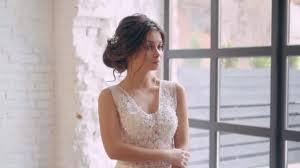 Dívka V Lehké Bílé Luxusní Svatební šaty Představuje Stojí Sám V Prostorné Místnosti Interiér Je Skandinávské Půdě Brunetka Opletené Tmavé Vlasy V Jemný účes Jemný Make Up