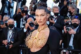Bella Hadid bedekt borsten met gouden ...