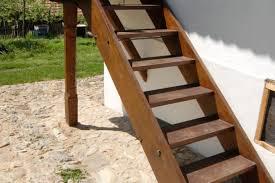 Die gartentreppe sichert ihnen einen leichten übergang und vermittelt den weg zwischen ihrem haus und dem gartenbereich neben der gartentreppe sind die gartenfußwege ein weiteres beispiel für leichten zugang im garten. Wangentreppe Selber Bauen Anleitung In 5 Schritten