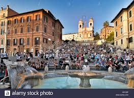 The trevi fountain, spanish steps, piazza di spagna and. Spanische Treppe Rom Piazza Di Spagna Und Fontana Della Barcaccia Brunnen Mit Touristen In Der Abenddammerung Stockfotografie Alamy