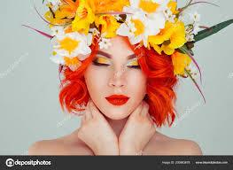 Krásná Mladá žena úsměvem Model Květy Hlavu Květinová čelenka účes