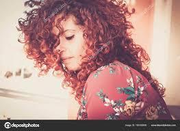 Pěkné červené Portrét Dívky Zrzavé Vlasy Ztratila Jejích Myšlenkách