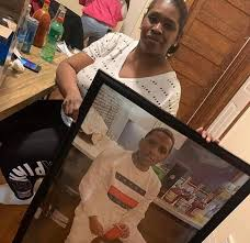 OTF B.Y's mom holding his pic after he was murdered in april, his older  brothers also had got murdered.. his name Byron Berry RIP to him🙏🏻 :  Chiraqology