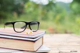 Libro y gafas para leer y escribir sobre la naturaleza - foto de stock | Crushpixel