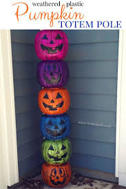 Create a fun pumpkin totem pole for a quick and easy Halloween decoration!  DiY instructions