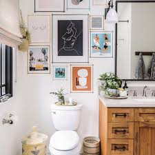 The unpolished, timeworn wooden board defines your bathroom style better than ever. 15 Bathrooms With Beautiful Wall Decor That Will Inspire A Refresh