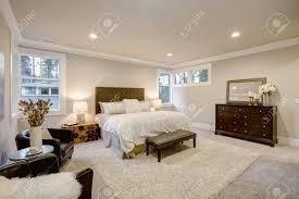 Beige Und Braune Master Schlafzimmer Verfügt über Queen Bett Mit