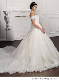 Braut Im Wei En Kleid Aus Spitze Mit Langer Schleppe F R Russische