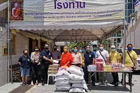 คนไทยไม่ทิ้งกันวัดสะพานเขตคลองเตยแจกจ่ายอาหารให้กับประชาชน สยามรัฐ