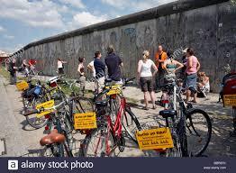 BERLIN AUF FAHRRAD, GEFÜHRTE TOUREN DURCH DIE STADT, AUF DEN SPUREN DER  MAUER, DIE GEDENKSTÄTTE BERLINER MAUER, BERNAUER STRAßE, BERLIN,  DEUTSCHLAND Stockfotografie - Alamy