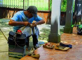 5.Sepatu rusak,tukang sol tidak datang