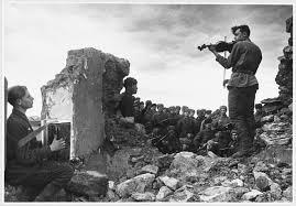 Солдатский быт в годы Великой Отечественной войны Новости ТВ  Советские солдаты играют на аккордеоне и скрипке на развалинах дома 1943 г