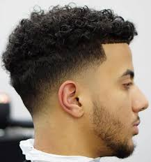 O cabelo é a moldura do rosto. Taper Fade Corte Americano Masculino Cacheado Novocom Top