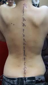 надписи под грудиной тату под грудью