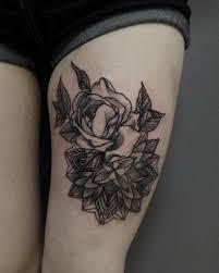 татуировка на бедре у девушки роза фото рисунки эскизы