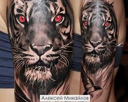 реалистичная черно белая татуировка тигр с красными глазами на плече