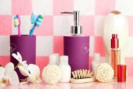 Bad Accessoires Auf Dem Regal Im Badezimmer Auf Rosa Fliesen Wand