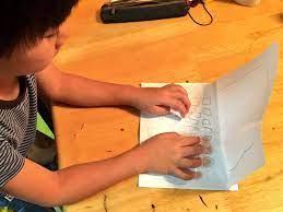 Cậu bé làm máy chơi game bằng giấy - VnExpress Số hóa