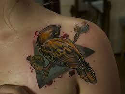 цветная татуировка на ключице девушки воробей фото рисунки эскизы