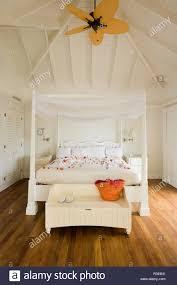 Schlafzimmer Mit Himmelbett Und Deckenventilator Stockfoto Bild
