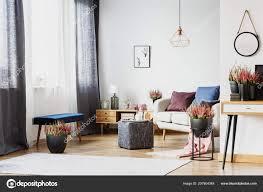 Moderne Wohnzimmer Interieur Mit Einem Hocker Unter Einem Fenster