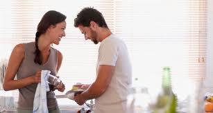 Resultado de imagem para homens fazem tarefas domésticas