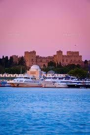 Palace of the Grand Masters & Mandraki Harbour illuminated at dawn, Rhodes  Town, Rhodes, Greece[20088037332]の写真素材・イラスト素材|アマナイメージズ
