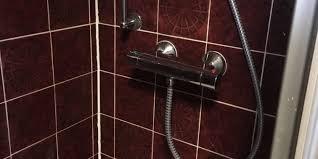 Reparatur Mit Roten Fliesen Im Bad