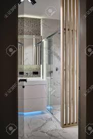 Tür Zum Badezimmer Im Innenraum In Einem Modernen Stil Es Gibt Eine