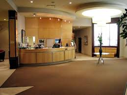 Courtyard by Marriott Montreal Airport: Hotel lobby and reception desk