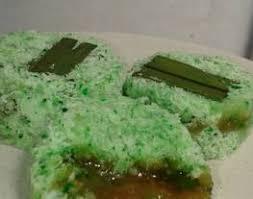 Kebanyakan kue khas daerah ini menggunakan santan dan telur bebek sebagai bahan utama. Kue Lapis Tepung Ketan Gula Merah 3 Piring Sehari