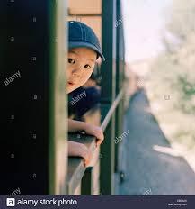 Resultado de imagen de El niño se asoma a la ventanilla del tren para ver el paisaje