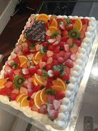 ウェディングケーキはフルーツをたっぷり フルーツに埋もれたハートの
