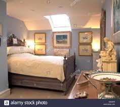Weißer Quilt Auf Grau Lackiert Bett In Hellblau 1 Schlafzimmer Im