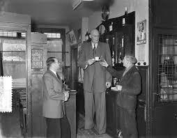 File:Albert J. Kramer, de grootste man ter wereld (2.42 m) in zijn café op  de hoek va, Bestanddeelnr 906-9500.jpg - Wikimedia Commons