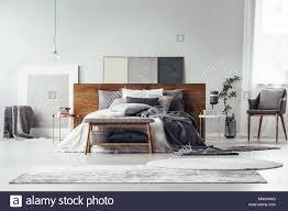 Einfache Malerei Auf Holz Bedhead Bett Mit Kissen Grau Schlafzimmer