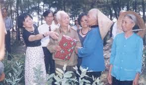 Đại tướng Võ Nguyên Giáp với những người nông dân quê nhà
