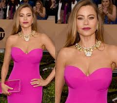 a hot pink dress a simple winged eyeliner with false eyelashes along with a peachy creamy lip color will look fantastic pink smokey eye makeup is just