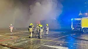 دبي تُحقق في أسباب انفجار تسبب بحريق على متن سفينة