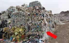 """FOTO Clujul """"importă"""" coronavirus şi gunoi din Italia. La Pata Rât se arde un munte de deşeuri din peninsulă"""