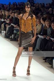"""Ujjwala Raut wearing Wendy Pepper for """"Project Runway"""" Fall 2005  Nieuwsfoto's - Getty Images"""