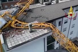 Gru cade su un palazzo a Rozzano per il forte temporale: aperta un'indagine  per disastro colposo