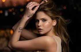 обои взгляд девушка лицо поза фон волосы портрет руки тату