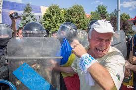 Gaze lacrimogene pentru oamenii din Piața Victoriei, la Mitingul Diasporei din 10 august – GALERIE FOTO : Europa FM