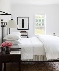 Schlafzimmer Altes Bett Metall Schwarz Weiße Wände Nachttische