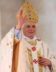 Une femme se jette sur le Pape Benoît XVI - Elle