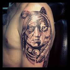 татуировки на половину индеец и половина волк в стиле черно серая